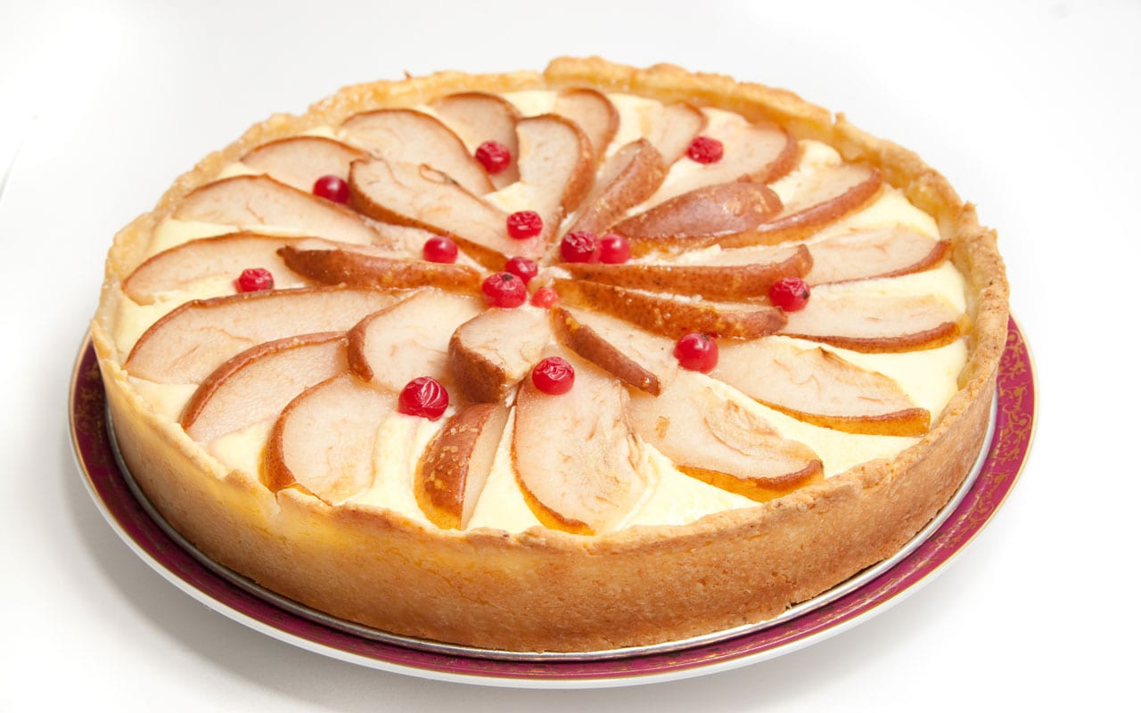 Cheesecake with pears and currants