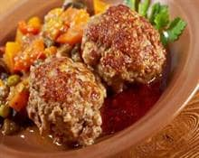 Meatballs with tomato and pea sauce
